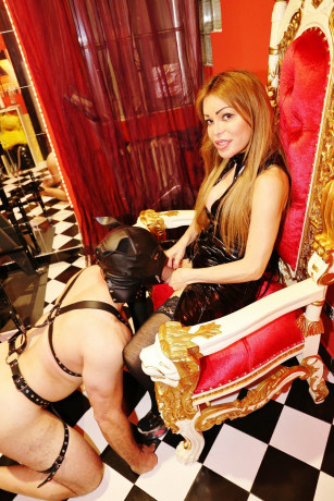 trans-vera-porcellina-esegue-massaggianche-dominatrice-big-3