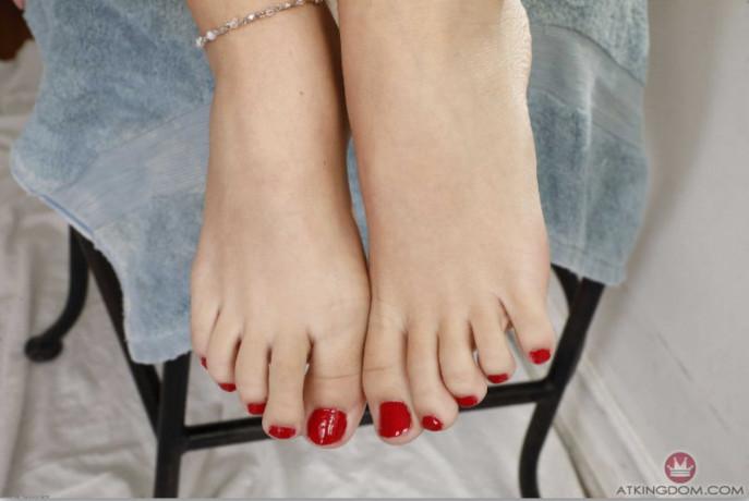 piedi-porcelli-feticismo-dei-piedi-footjob-casalinghi-con-sperma-sui-piedi-big-0